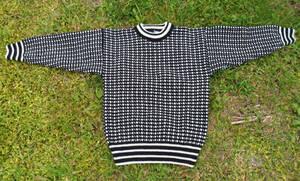 Svart med ljus mönster, stickad tröja