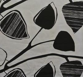 ljust lin med svart mönster