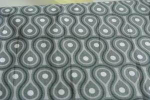 grå botten med mönster i vitt och grå toner