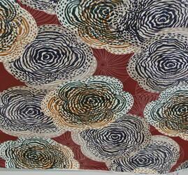 vinröd botten med mönster i lejongul,svart, vitt,beig toner