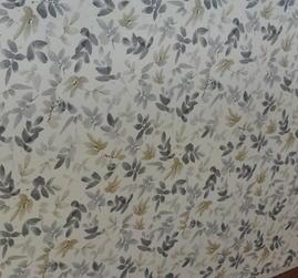 ljus botten med små löv i gråa och beiga toner