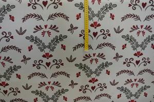 vit botten med julblommor i rött och grått
