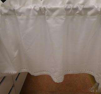 vit gardinkappa med hålsöm i nederkanten