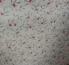 voal på ljus botten med röda lingon och gråa blad