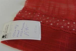 Röd gardinkappa med mellanspets