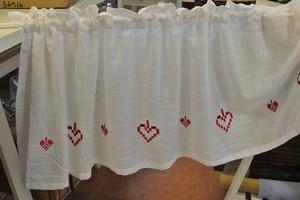 vit gardin kappa med röda hjärtan