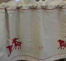 Natufärgad gardinkappa med röda renar