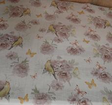 ljus botten med gamelrosa blommor och gula fåglar