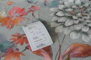 Bianca digital .ljusgrå botten med blommor i akvarell