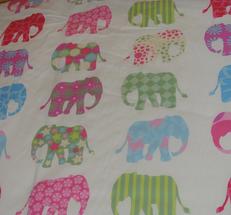 ljus botten med färgglada elefanter