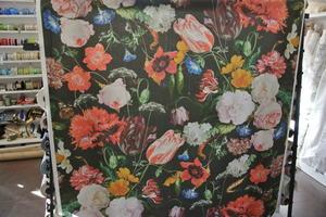 svart botten med blommor