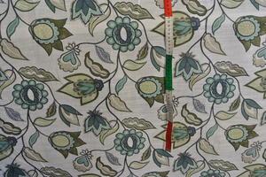ljus botten med blommor och fåglar i gröna toner