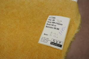 enfärgad gult möbertyg med sammetskänsla