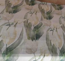 ljus botten med beiga tulpaner och blad i grönt
