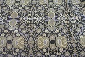 svart botten med mönster i beige och lite lila