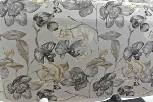 Stella ljus botten med blommor i svart ,grått ovh guld toner