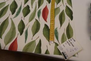 ljus botten med blad i gröna toner