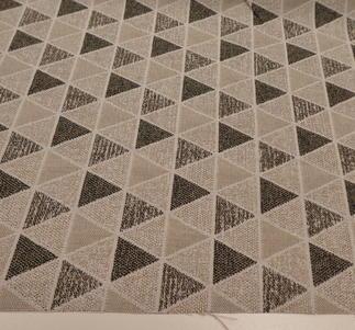 ljusbeig bottenmed trianglar i  olika beige,grå och bruna nyanser