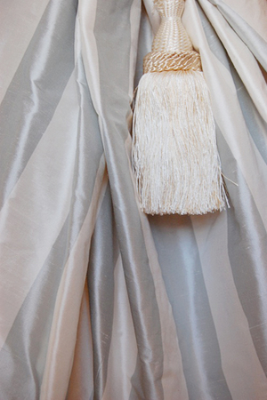 1022 Light grey-offwhite striped silk