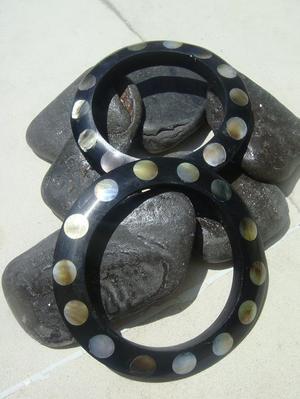 Svart trä armband slipad med aning av pärlemo