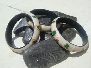 Handgjord träarmband påminner som grön korall