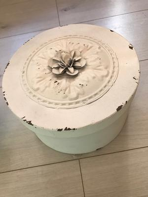 Plåtburk med vit blomma 12 * 20 cm
