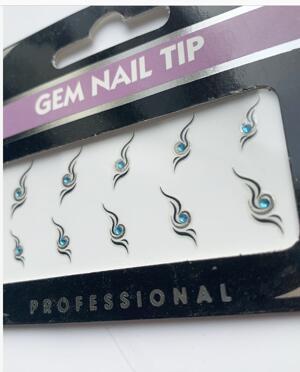 Stickers med svart design samt ljuslila sten