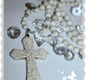 Unica läckert kors halsband i sten vit