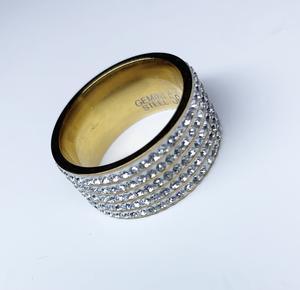 Vacker stål ring i guld med bling stenar Storlek 56