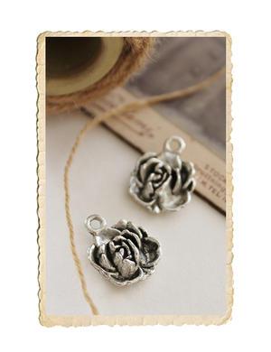 Liten ros berlock, antik silver