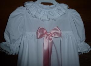 Dopklänning med rosa band