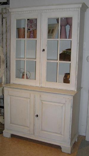Antikvitt vitrinskåp med glasade dörrar upptill