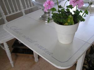 Köksbord med latinsk text
