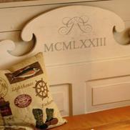 Soffa med målat monogram och årtal