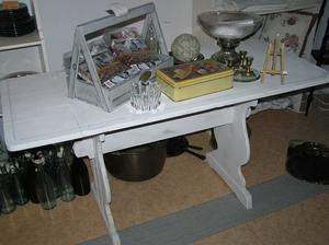 Vitt allmogebord med blå rand