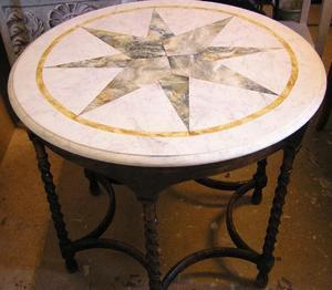 Runt bord med kompassros och marmor-imitation
