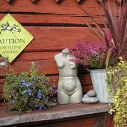 Blomsterarrangemang mot yttervägg