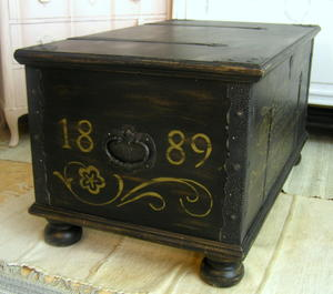 Svart kista soffbord sidebord med guldtext