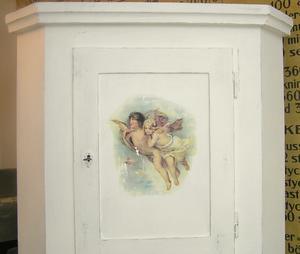 Hörnskåp med änglar och engelsk text