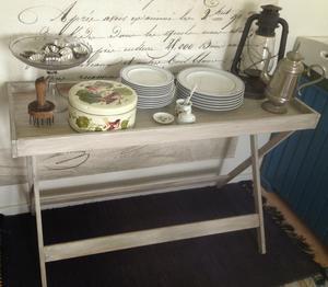 Ljusgrått brickbord / sidebord