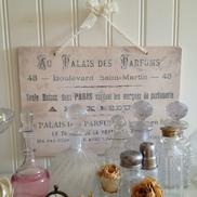 Träskylt fransk parfymreklam