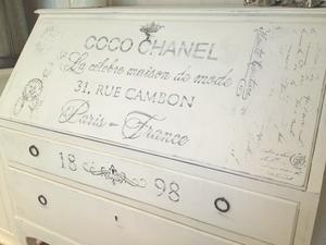 Äldre sekretär Coco Chanel shabby chic med franska texter