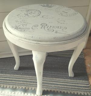 Oval gammal taburett shabby chic med franska texter