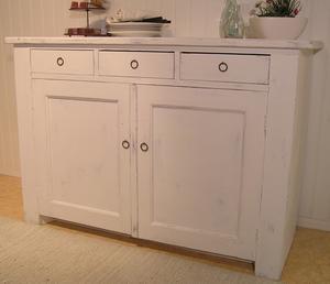 Gammal skänk med tre lådor o två dörrar
