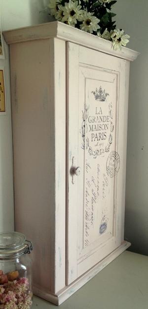 Rart puderrosa väggskåp shabby chic med fransk text