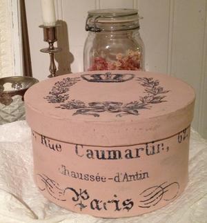 Puderrosa rund ask med fransk text