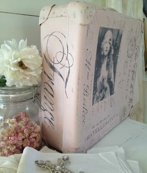 Mindre puderrosa resväska med fransk text, stämplar m m