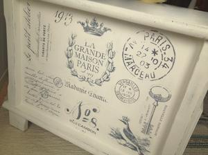 Lantligt soffbord med franska texter, lådor o fack