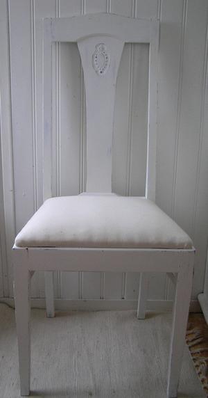 2 st äldre stolar med litet ornament