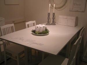 Slagbord med fransk text + stolar